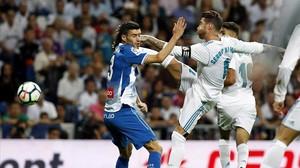 Sergio Ramos pugna por un balón ante Aaron Martín.