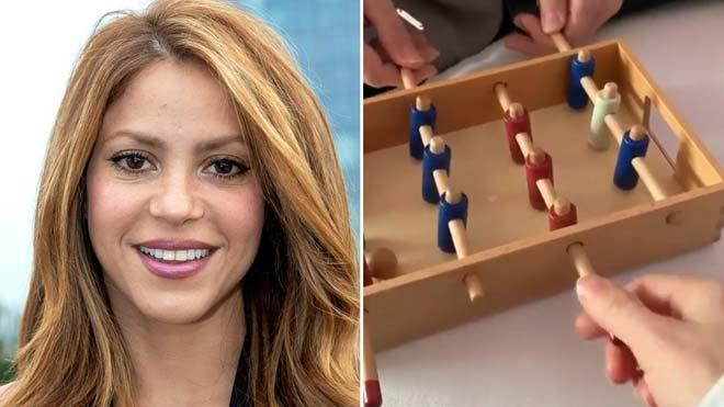 Shakira hace un guiño al Barça jugando al futbolín.