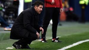 Simeone observa desde la banda el duelo contra el Villarreal..