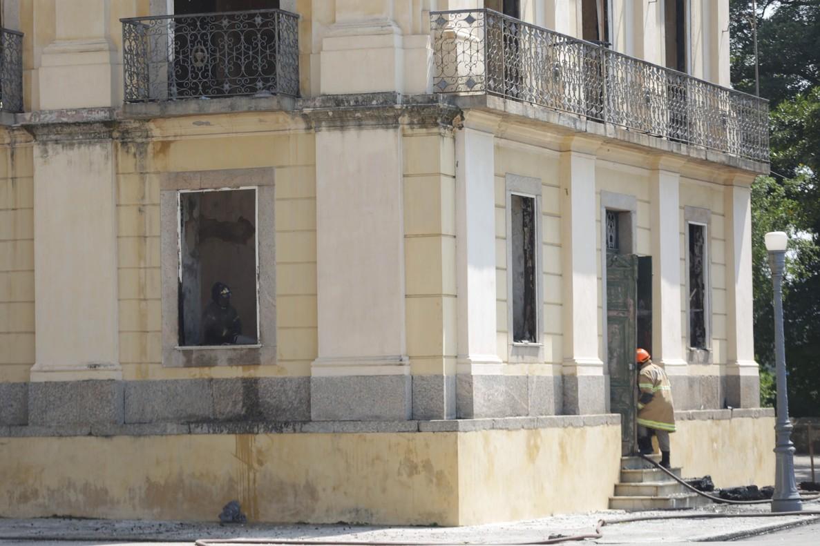 RIO DE JANEIROBRASILUn bombero ingresa al Museo Nacional de Rio de Janeiro luego del voraz incendio consumio el lugar y que alberga unos 20 millones de piezas que datan de diferentes periodos, uno de los acervos mas importantes de Latinoamerica.