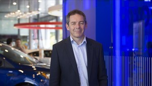 Steven Armstrong, presidente de Ford Europa, en un concesionario en Sant Just Desvern.