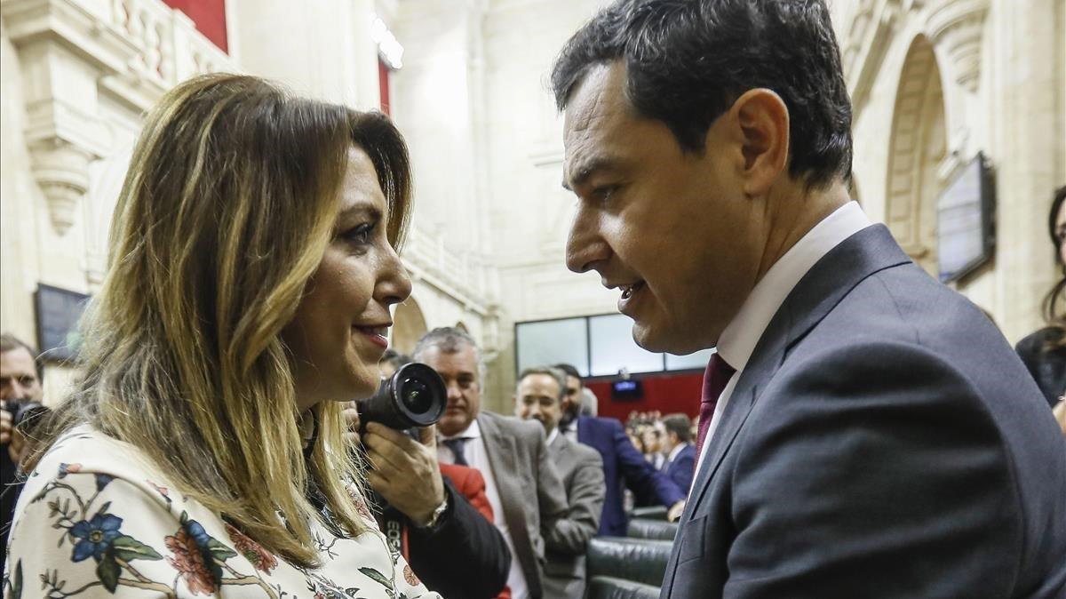 Susana Díaz felicita a Juanma Moreno tras ser investido presidente de la Junta de Andalucía, el pasado 16 de enero.