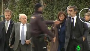 Vídeo de La Sexta en la que se ve a la periodista catalana (en el círculo) intentando entrevistar a Jordi Pujol.