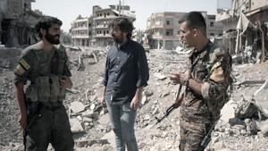 Jordi Évole (centro), con dos soldados, en la ciudad siria de Raqqa, en el reportaje de Salvados.