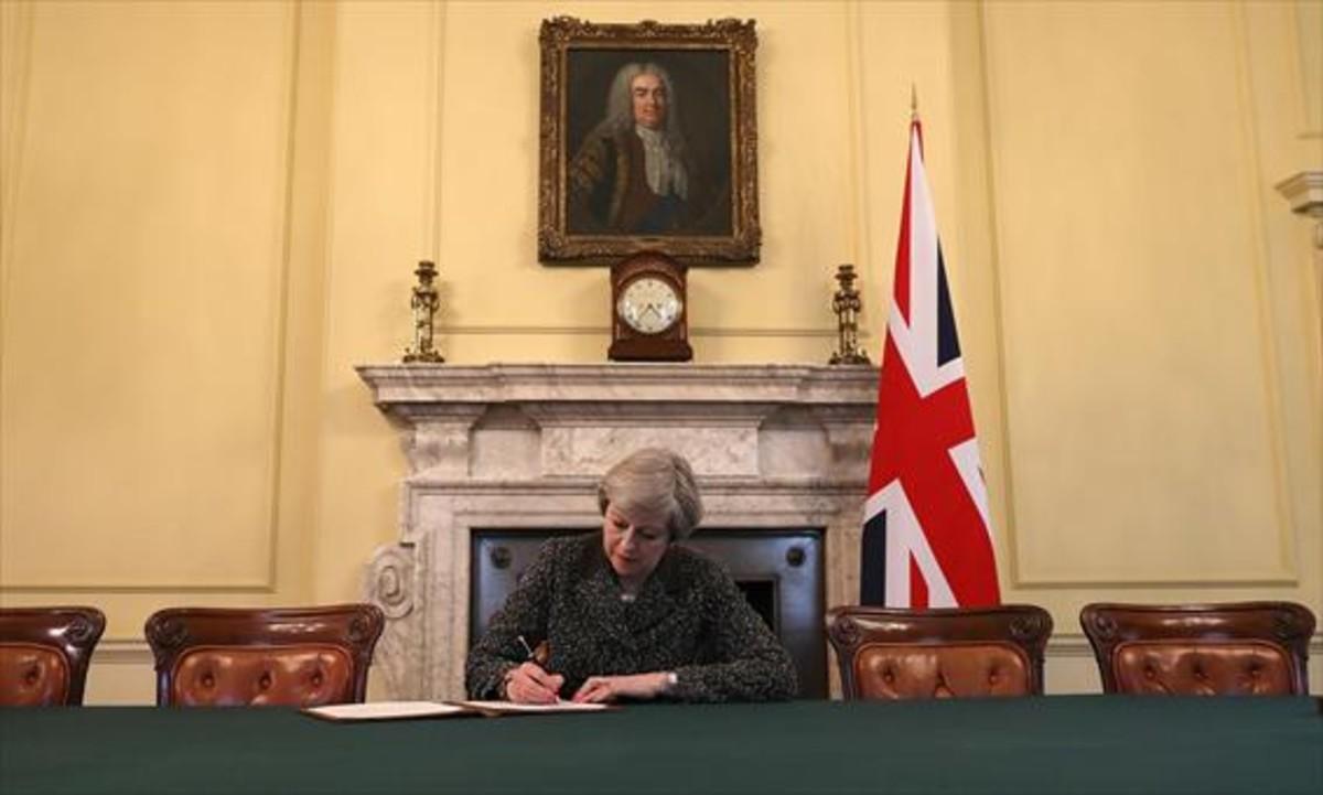 Theresa May firma la carta de petición oficial de salida del reino Unido de la UE.