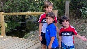 Thiago, Mateo y Ciro Messi, tras salir de casa este sábado.