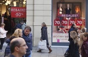 Tiendas con carteles de rebajas en el centro de Barcelona el 2 de enero del 2017.