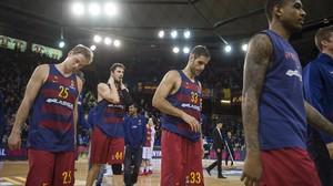 Tomic, Koponen y Perperoglou visiblemente abatidos abandonan la pista del Palau tras una nueva derrota del FC.Barcelona en la Euroliga de basloncesto frente el Galatasaray.