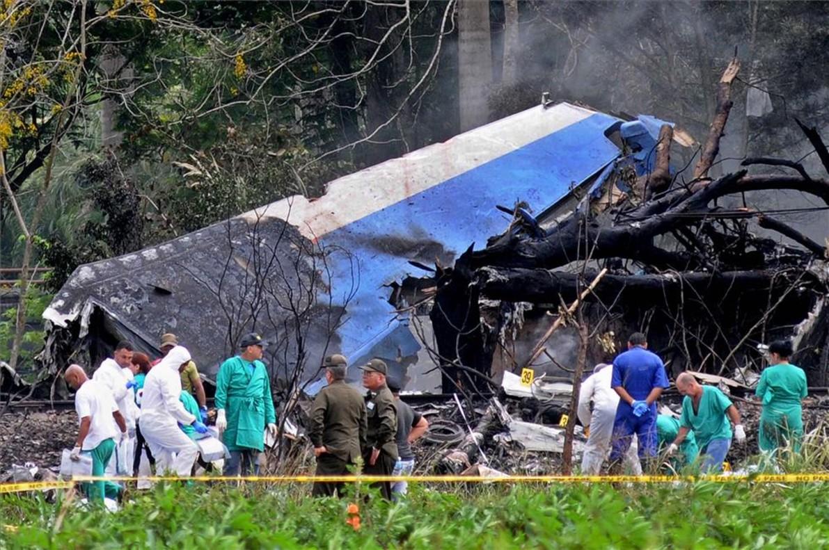 Trabajos en la zona del accidente de avión en La Habana, Cuba.