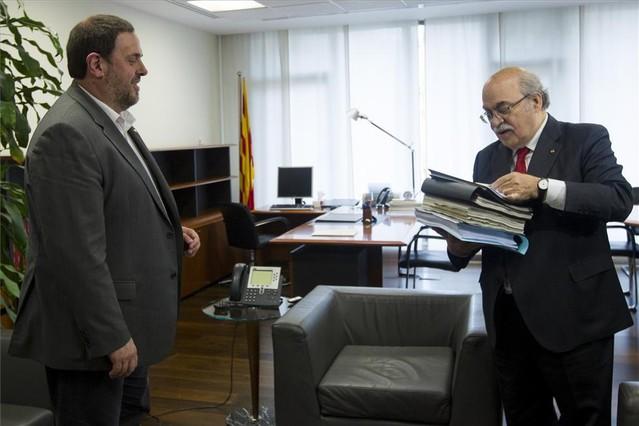 Mas-Colell, derecha, traspasa papeles a Junqueras.