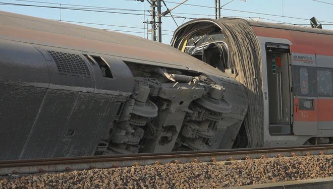 Dos morts i 27 ferits al descarrilar un tren entre Bolonya i Milà