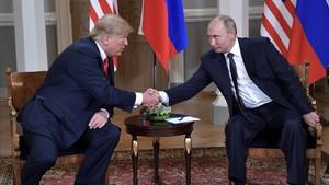 Trump y Putin se saludan en la cumbre de Helsinki.