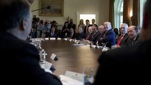 Trump ríe durante la primera reunión de su Gabinete al completo, en la Casa Blanca, el 12 de junio.