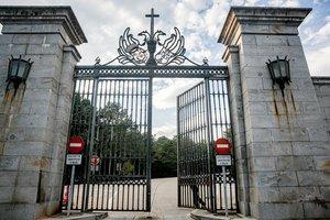 11/10/2019 Una agente de la Guardia Civil cierra la puerta de entrada al Valle de los Caídos. La basílica se cierra horas después del anuncio por parte del Gobierno de que los restos del dictador Francisco Franco saldrán del Valle de los Caídos antes del 25 de octubre, en San Lorenzo de El Escorial (Madrid, España), a 11 de octubre de 2019.