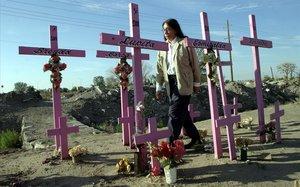 Una mujer pasea entre cruces de homenaje a mujeres asesinadas en Ciudad Juárez.