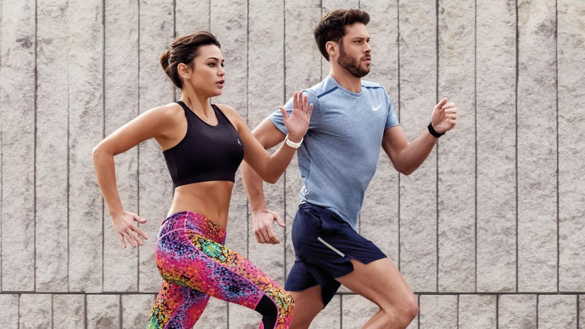 Una pareja de runners en pleno entrenamiento.