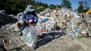 Una señora recoge plásticos en un vertedero de la isla filipina de Boracay.