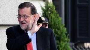 Mariano Rajoy saluda a la llegada al Congreso de los Diputados, este miércoles 12 de julio.