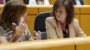 Dolores Delgado y Carmen Calvo, el pasado martes en el Senado.