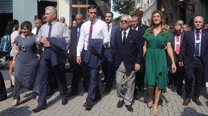 Pedro Sánchez, Miguel Díaz-Canel y sus respectivas esposas escuchan las explicaciones del historiador Eusebio Leal en su paseo por la Habana Vieja.