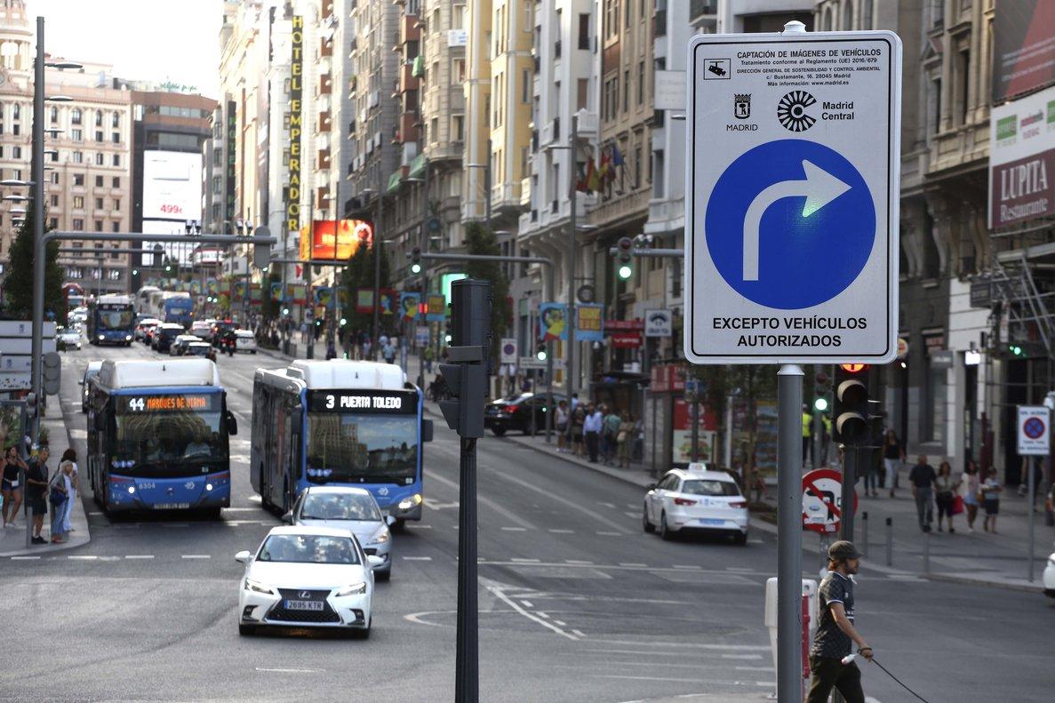 Uno de los carteles de Madrid Central en la capital.