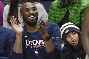 Kobe Bryant junto con su hija, Gianna Bryant, en un partido de la liga universitaria femenina el año pasado