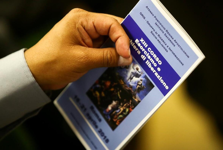 El Vaticano abre un curso de exorcismo por teléfono
