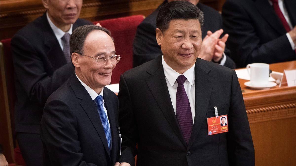 Wang Qishan (izquierda) y el presidente Xi, tras su elección, en Pekín, el 17 de marzo.