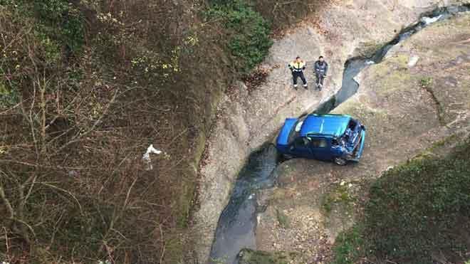 Una conductora resulta ferida greu al caure amb el seu cotxe des d'un pont de 15 metres a Berga