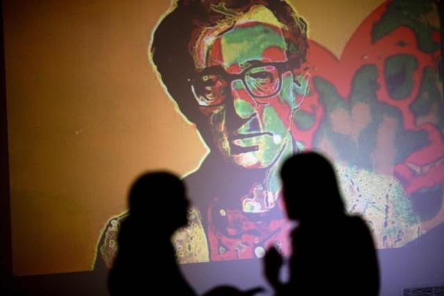 Woody Allen se proyecta en la pared de una exposición de arte titulada Nosotros amamos lo que Woody, por el artista argentino Hugo Echarri en Buenos Aires, Argentina.