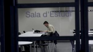 Un joven estudia en una sala de la Universitat Politècnica de Catalunya (UPC).