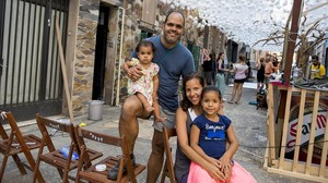 Norma y José Luisjunto a sus hijas Anastasia (la mayor) y Camila, en la calle de la que han tenido que marcharse,este lunes.