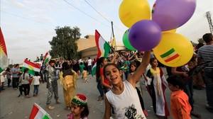 Una niña kurda de Siria celebra la celebración del referéndum en el Kurdistán iraquí.