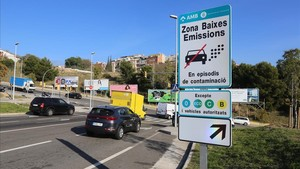 Cartel que anuncia las restricciones de tráfico en episodios de elevada contaminación en Barcelona.