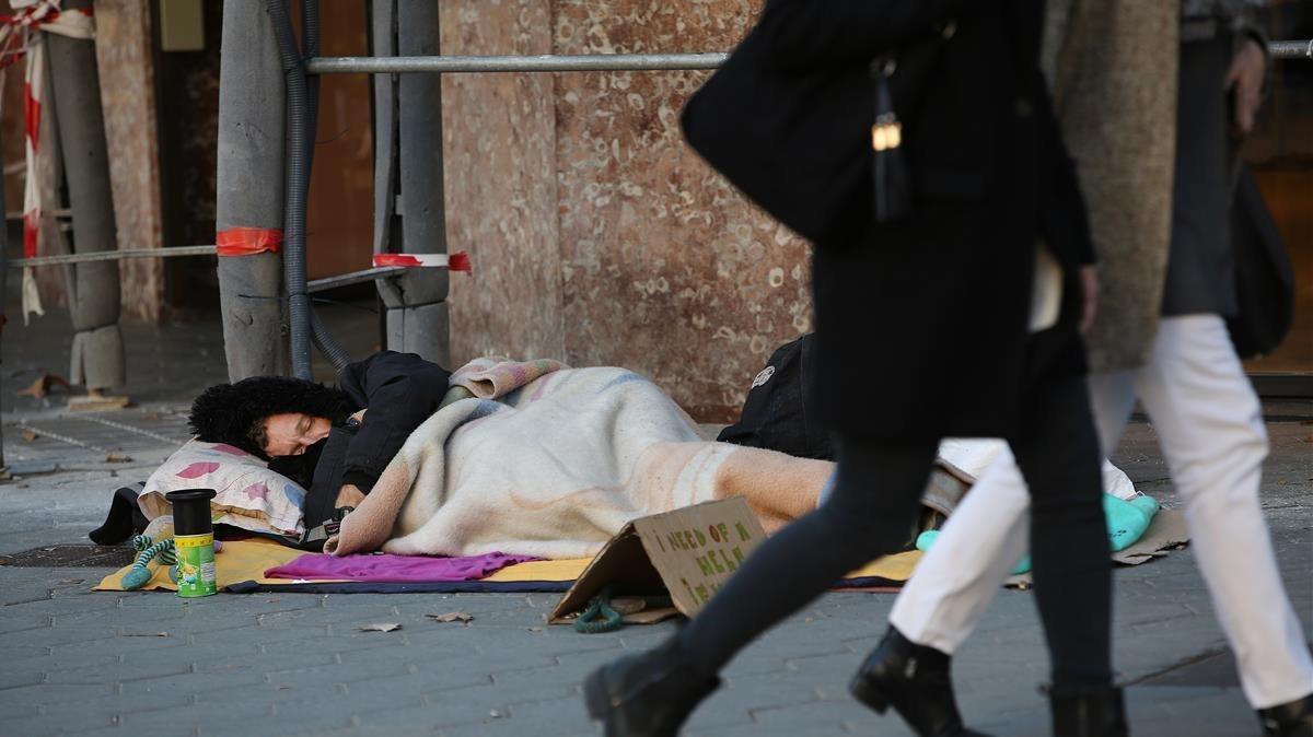 Un sintecho duerme en una calle de Barcelona, durante la operación frío del año pasado.