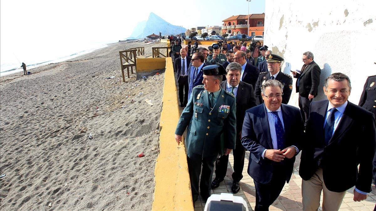 El ministro Zoido, durante la visita a La Línea de la Concepción.