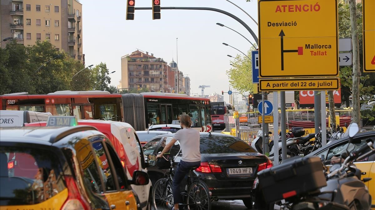 Obras en la calle de Mallorca, que se encuentra cortada en varios tramos.