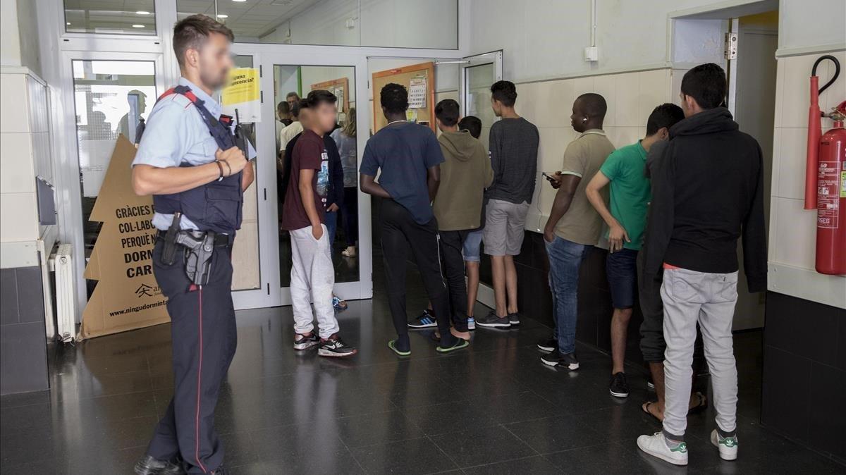 Los menores de la comisaría de Ciutat Vella entrando en la Fundació Arrels, donde han recibido la primera ducha.