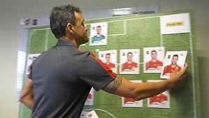 Luis Enrique coloca la foto de Jordi Alba en la pizarra de su despacho en Las Rozas.