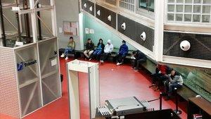 Menores inmigrantesen la comisaría del Eixample de Barcelona durantela noche del domingo 10 de febrero.