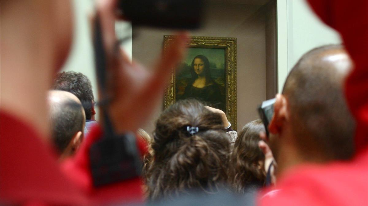 Aglomeración de visitantes frente a La Gioconda, en el Museo del Louvre.