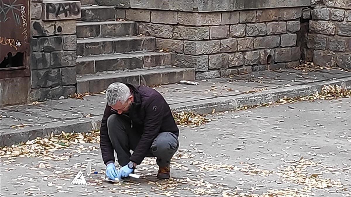Un miembro de la policía científica de los Mossos d'Esquadra recoge restos biológicos en el lugar de la violación, junto al Marítim.