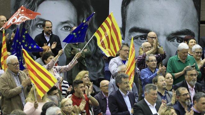 Simpatizantes del PSC en el mitin de Pedro Sánchez en el pabellón del Vall dHebron