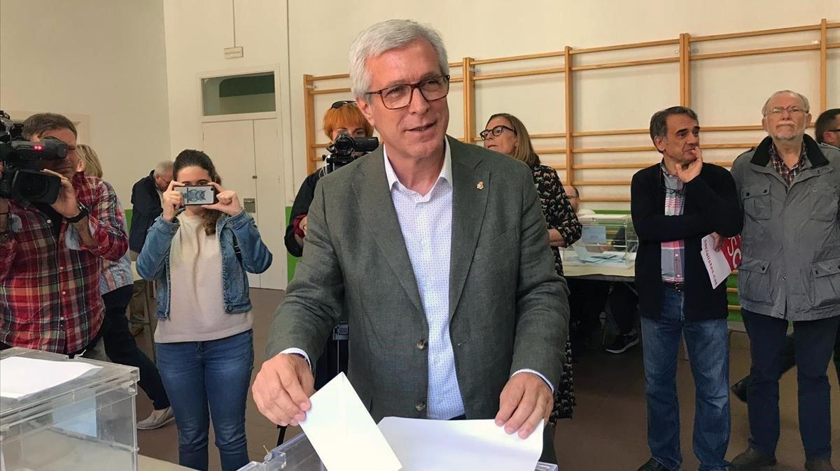 Ballesteros, el exalcalde socialistade Tarragona, deposita su voto.