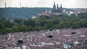 Miles de manifestantes protestan contra el primer ministro checo Andrej Babis en Praga.