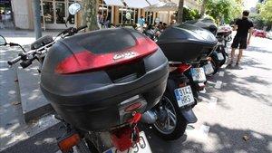 Motos estacionadas en la calle de Villarroel, al lado de la Diagonal, donde se han sustraído varias con las llaves puestas.
