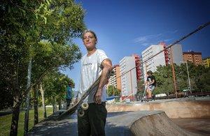 Silvia Serret, en el 'skatepark'de Canyelles con una camiseta del grupode mujeres Asiplanchaba.
