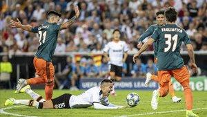 La posición de Rodrigo y Martínez resumen el desastre valenciano ante el Ajax en Mestalla.