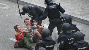 Carga de la policía en el aeropuerto de El Prat