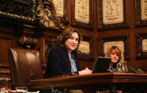 Colau y la socialista Laia Bonet, durante el pleno de este viernes.